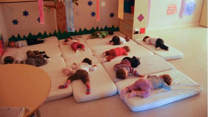 Niños durmiendo la siesta en una guardería