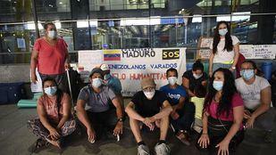 Acampada de venezolanos en la T4 a la espera de ser repatriados