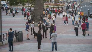 Personas en una plaza en Ventas