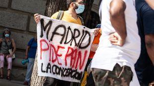 Los migrantes sin papeles empadronados en Madrid podrán acceder a la tarjeta social