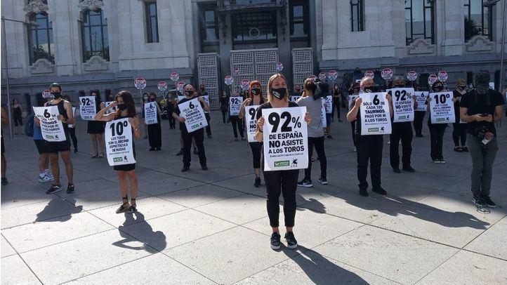 Animalistas se manifiestan en Cibeles para pedir el cese de subvenciones para la tauromaquia