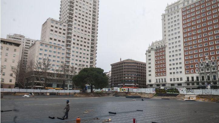 Pavimentación de la Plaza de España como parte de las obras de reforma.