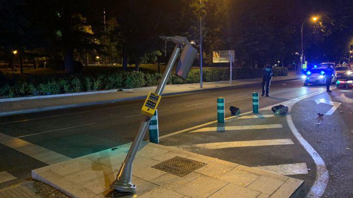 Fallece un motorista tras chocar contra un semáforo y salir despedido