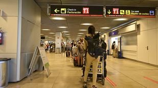 Doce pasajeros de un vuelo Madrid-Vigo, en aislamiento tras un positivo