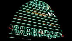 Edificio La Vela de BBVA iluminado en verde.