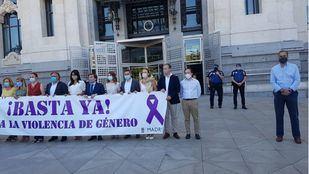 Ortega Smith se niega a ponerse tras la pancarta contra la violencia machista