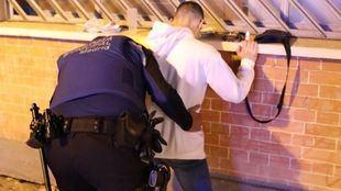 Detenido por agredir con manotazos y patadas a varios indigentes y policías