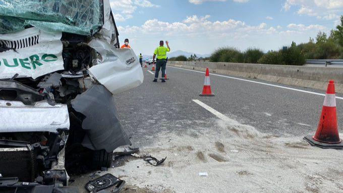 Muere un hombre al chocar contra un camión en la A-1