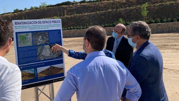 El consejero de Educación, Enrique Ossorio, y el delegado de Desarrollo Urbano, Mariano Fuentes, visitan los terrenos del futuro colegio de Montecarmelo