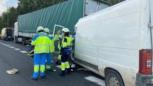 Dos heridos graves tras el choque de una furgoneta contra un camión en la A-4