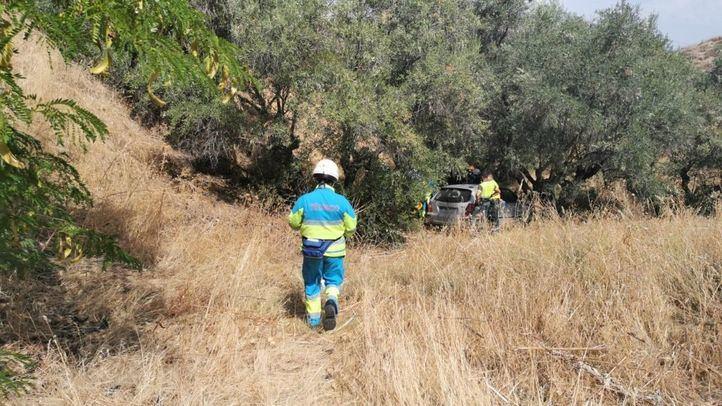 Imagen del vehículo accidentado tras invadir una ladera en Paracuellos del Jarama.
