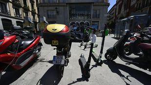 Los patinetes y motos de alquiler vuelven a invadir las aceras de Madrid