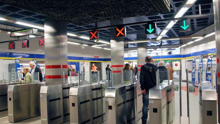 Tornos de entrada y salida de una estación de Metro