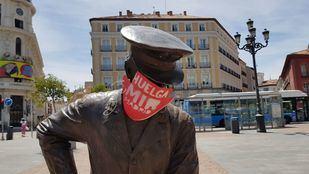 Los MIR decoran con mascarillas las estatuas en su cuarto lunes de huelga