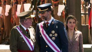 El rey Juan Carlos I la reina y el principe Felipe saludan a las tropas en el homenaje a los caidos por España