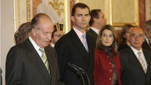 El Rey Juan Carlos junto a Felipe VI y Doña Letizia
