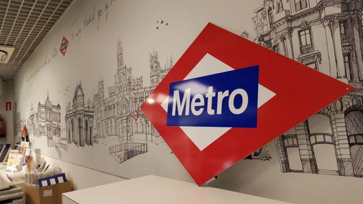 El iconico rombo de Metro de Madrid a tamaño real se puede adquirir desde este lunes en la estaciones de Sol y Chamartín.