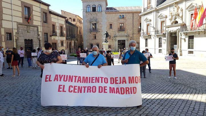 Hosteleros de Madrid se concentran en la Plaza de la Villa.