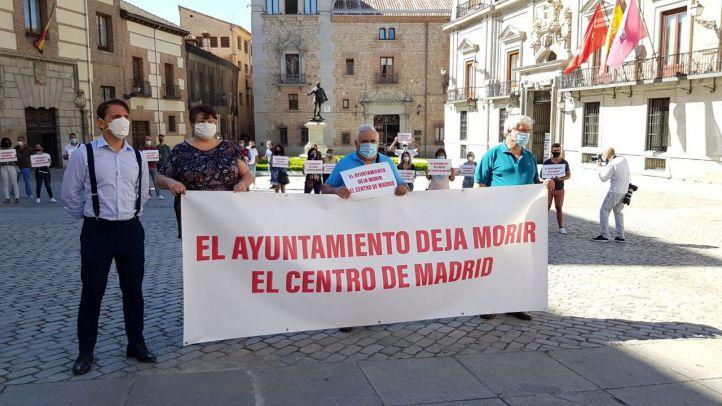 Hosteleros protestan en la Plaza de la Villa de Madrid contra el Ayuntamiento de Madrid