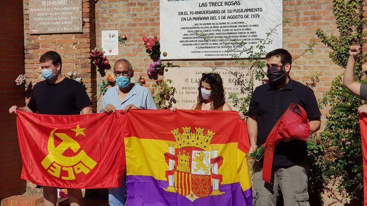 Una treintena de personas rinde homenaje a las 13 Rosas en el Cementerio de la Almudena, junto a la tapia en la que fueron fusiladas hace 81 años.