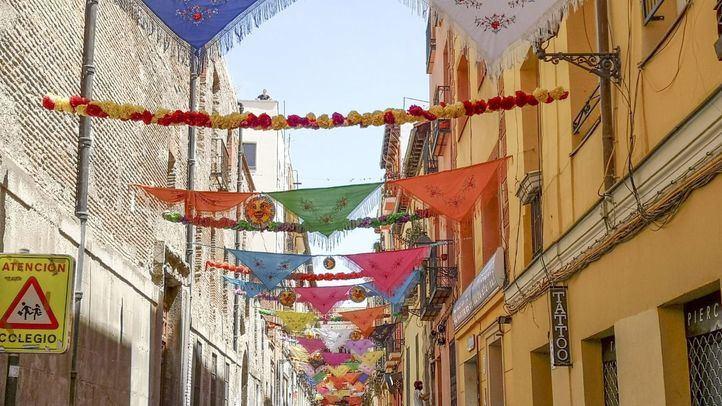 La calle del Oso decorada para la festividad de Cayetano.