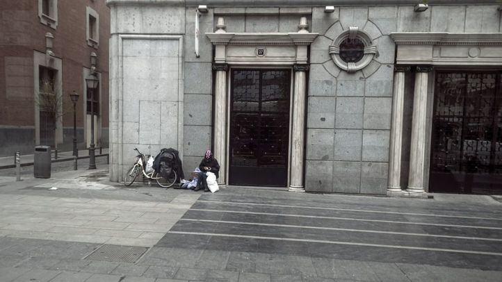 Una persona sin hogar descansa en Gran Vía.