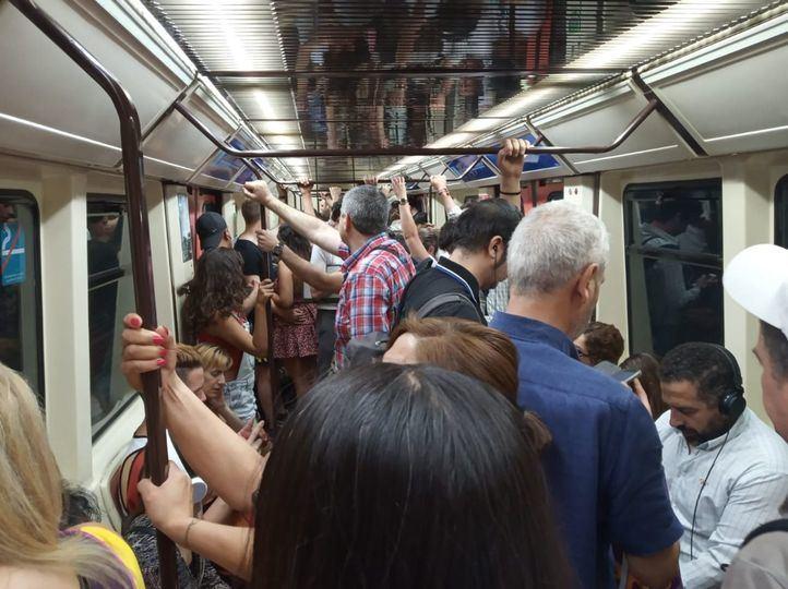 Viajeros en Madrid, hacinados en vagones y andenes como consecuencia de la reducción de trenes de Metro en verano.