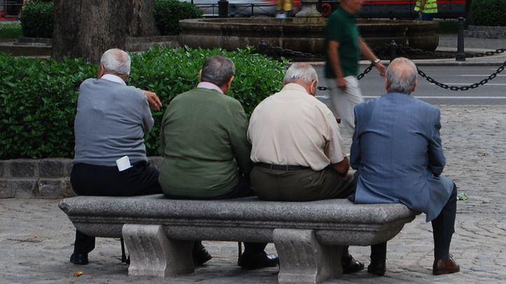 hombres mayores sentados sin hacer nada