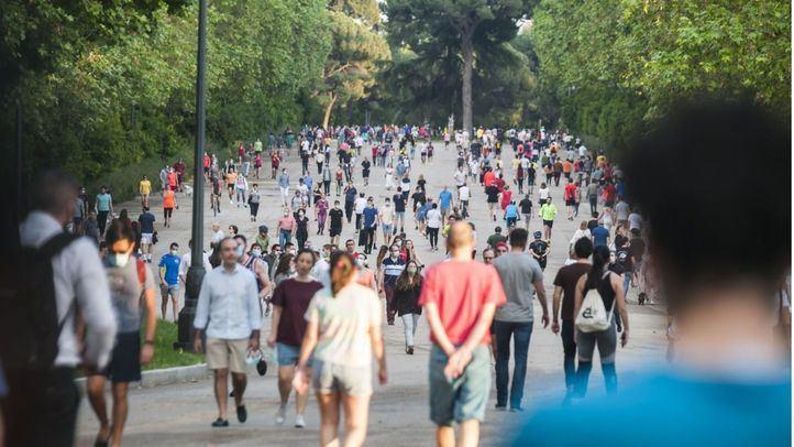 Imagen de personas paseando por El Retiro