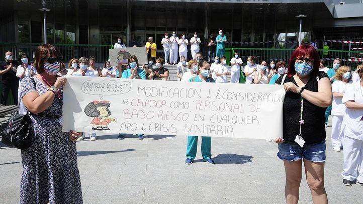 El colectivo de celadores se concentra frente al hospital 12 de octubre.