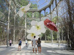Flores gigantes y aves embellecen el Palacio de Cristal