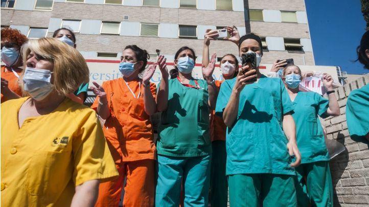 Sanitarios a las puertas del Gregorio Marañón