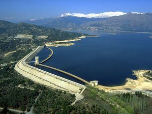 La aparición de algas en el embalse de Santillana, causa del mal olor del agua en algunas zonas