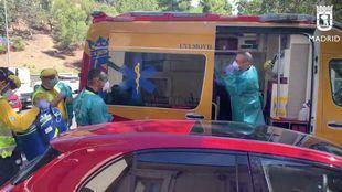 Unidad del Samur atendiendo el accidente laboral.