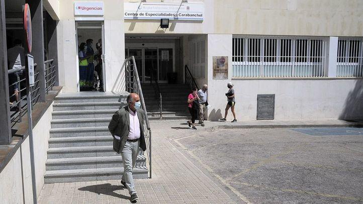 El viceconcejero de Salud Pública, Antonio Zapatero, visita el Centro de Especialidades Carabanchel Alto en el inicio de las pruebas PCR aleatorias en los barrios de Madrid.