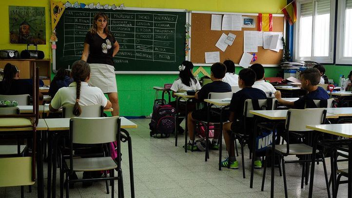 alumnos estudiantes niños y profesora en un colegio en clase