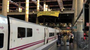 Greenpeace despliega en Atocha una pancarta: 'Ábalos: faltan trenes, sobran aviones'