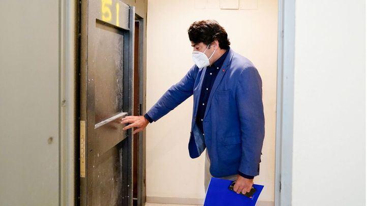 El consejero de Vivienda y Administración Local de la Comunidad de Madrid, David Pérez, visita una vivienda con medidas para que no sea Ocupada
