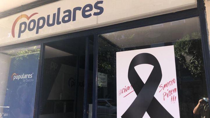 El PP de Getafe denuncia pintadas en el crespón negro de su sede