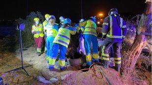El coche donde viajaban los tres fallecidos se ha salido de la vía, chocando contra un árbol y una farola