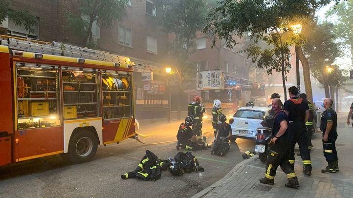 Cuatro agentes de la Policía tuvieron que ser atendidos por inhalación de humo