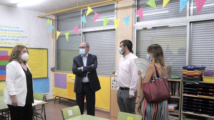 Angel Gabilondo, portavoz del PSOE, junto a la alcaldesa de Alcorcón, Natalia de Andrés, visitan el CEIP Parque Lisboa