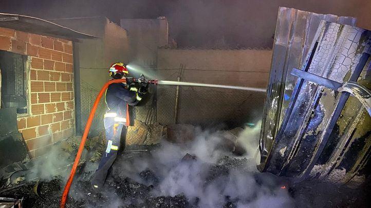 Seis dotaciones de bomberos extinguen de madrugada un incendio en San Fernando de Henares