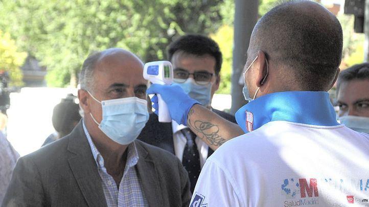 Antonio Zapatero visita las pruebas PCR en Alcobendas.