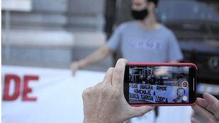 Protestan frente al Ayuntamiento tras impedirles celebrar un homenaje a Lorca