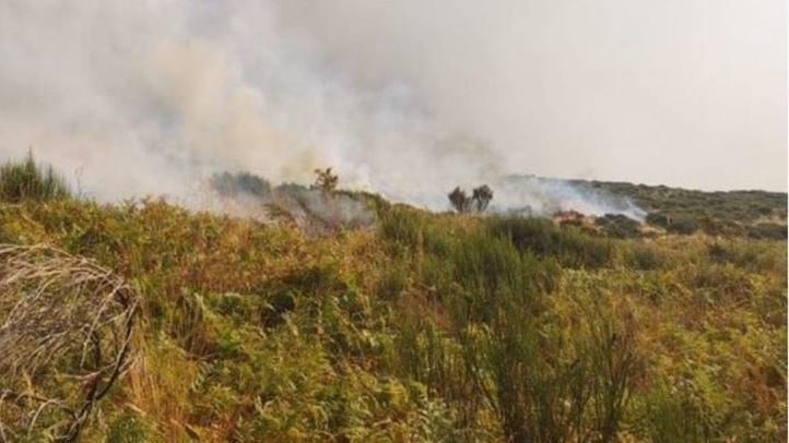 Un convoy de bomberos de Madrid ayuda a extinguir el incendio de Cabezuela del Valle