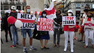 Ciudadanos bielorrusos se manifiestan en la Puerta del Sol