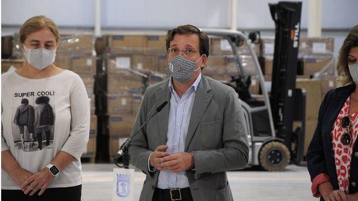 El alcalde de Madrid, José Luis Martínez-Almeida, visita los almacenes municipales COVID-19 donde se guardan millones de mascarillas quirúrgicas y FFP2 para la pandemia.