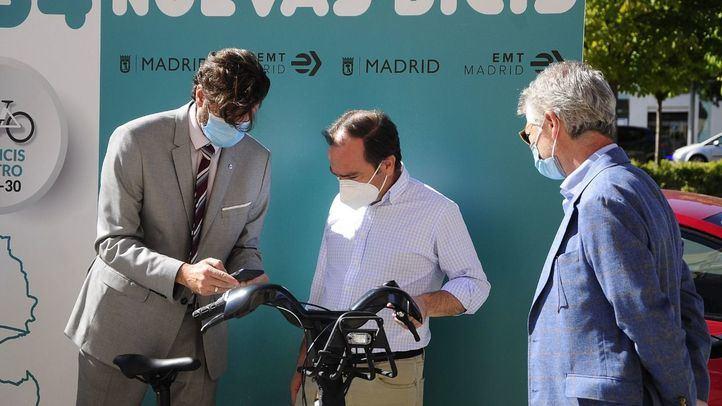 Borja Carabante comprueba el despliegue de las bicicletas eléctricas de BiciMad Go en el distrito de Hortaleza
