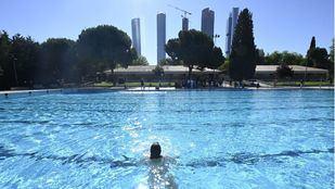 Madrid cierra desde este martes sus piscinas y parques